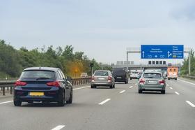 Autos auf Autobahn mit Radarfalle die gerade blitzt