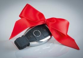 Autoschluessel mit roter Schleife