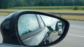 Autospiegel zeigt Autos auf Autobahn