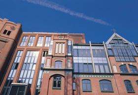 Backsteinhaus mit Glas