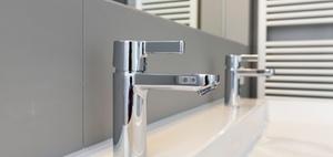 Häusliches Arbeitszimmer und privat genutztes Badezimmer