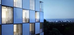 Schall- und Witterungsschutz mit beweglichen Glasfassaden