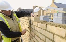 Bauarbeiter beim Mauer bauen