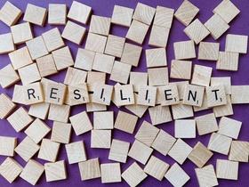 "Bauklötze mit Scrabble-Schrift ""resilient"""