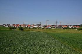 Bauland Wohnungsbau Grünfläche Kräne