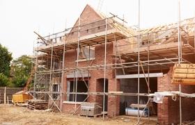 Baustelle Backsteingebäude mit Gerüst