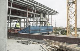 Baustelle Hochhaus mit zwei Bauarbeitern