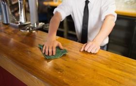 Bedienung in Kneipe wischt Bar