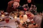 Bei Abendessen wird Wein nachgeschenkt