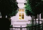 Beleuchtetes Fenster in Altbau