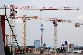 Berlin Blick über Dächer auf Alex mit Kränen