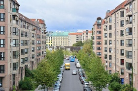 Berlin Mehrfamilienhäuser Straße Adlon im Hintergrund