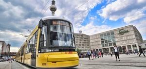 Straßenbahn rammt Kfz, während die Ampel für beide Grün anzeigt
