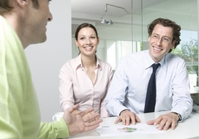 Besprechung im Büro, zwei Männer, eine Frau