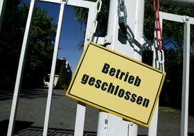 Schild Betrieb geschlossen an Werkstor