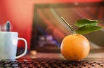 Betriebliche Gesundheitsförderung: Obst auf Schreibtisch