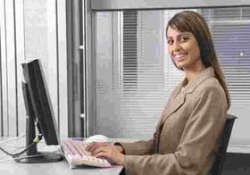 Frau sitzt im Buero an Computer