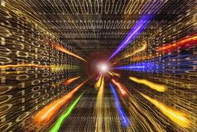 Binärcodes mit leuchtenden Farbstrahlen die aus Zentrum kommen