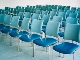 Blaue Stühle in Reihen
