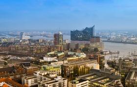 Blick auf Dächer und Elbphilharmonie