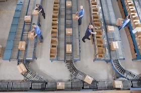 Blick von oben auf Fließband im Versandhandel mit Paketen