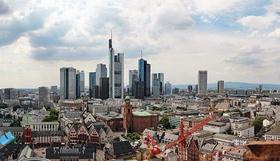 Blick auf Skyline Frankfurt Kräne im Vordergrund