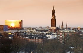 Blick auf St Michaeliskirche bei Sonnenaufgang