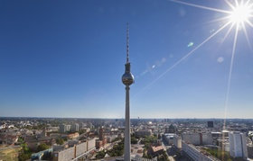 Blick auf Stadt und Fernsehturm bei Sonnenschein