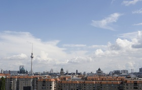 Blick über Dächer und blauer Himmel