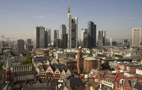 Blick über Frankfurt mit Hochhäuser am Horizont
