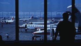 Blick von Flughafen-Gate auf Rollfeld