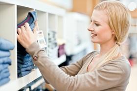 Frau beim Shoppen, sucht eine Jeans aus