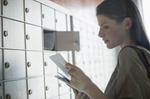 Brief Briefkasten Frau