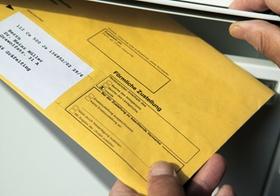 Brief mit foermlicher Zustellung wird eingeworfen