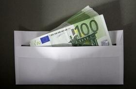 100 Euro Geldscheine in einem Briefumschlag