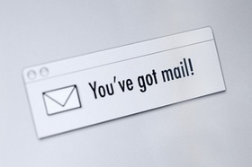 Briefumschlag mit Schrift You´ve got mail! daneben