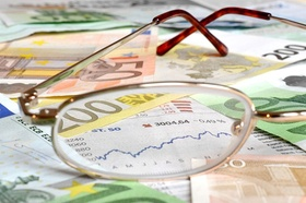Brille auf Geld und Aktienkurs