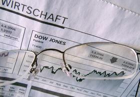 Brille liegt auf Aktienkurs Dow Jones