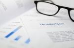 Brille liegt auf Dokument mit Titel Umsatzreport