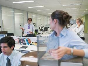 Knigge am Arbeitsplatz: Sommerkleidung im Büro