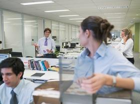 Büro Frau spricht zu Kollegen