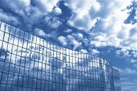 Büro mit Fenstern und wolken
