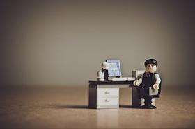 Büro Playmobil-Mann am Schreibtisch