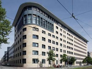 Tristan und Pamera verkaufen Frankfurter Bürohaus