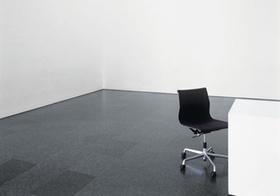 Bürostuhl in leeren Raum