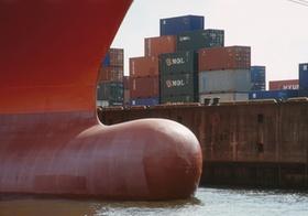 Bug eines Containerschiffs, gestapelte Container am Kai