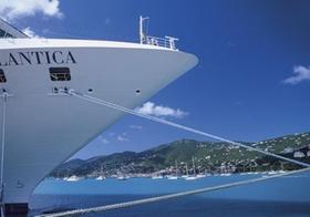 Bug eines Kreuzfahrtschiffes, ankert in Bucht, Karibik