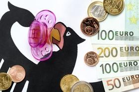 Deutscher Bundesadler mit Schnuller, Euromünzen und Banknoten, Symbolbild Betreuungsgeld