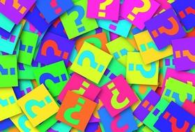 Bunte Kärtchen mit Fragezeichen