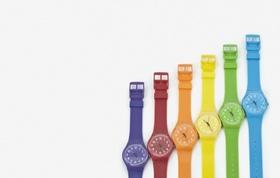 Bunte Uhren vor weißem Hintergrund